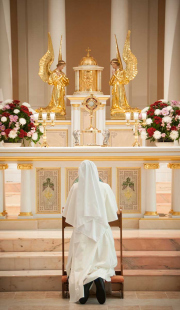The novice has an additional meditation period before the Blessed Sacrament each day.